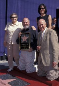Rob Reiner entouré de ses parent Car et Estelle Rein por son étoile walk of fame. Comedie romantique par Tonie Behar